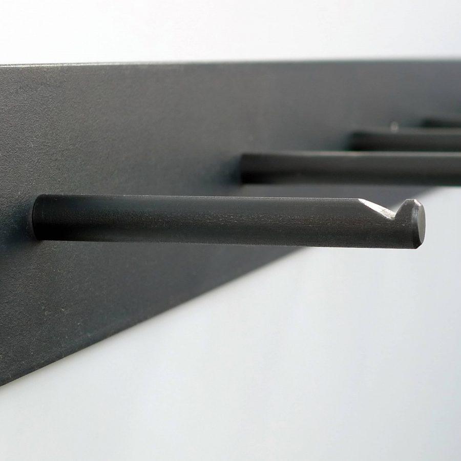 hellogoodbye Garderobenleiste besteht aus einem Stück Flachstahl und sechs gekerbten Rundeisen als Haken.