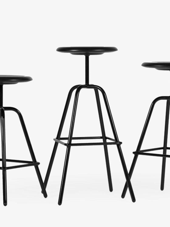 Der HERRENBERGER Hocker bezieht sich auf Industrieentwürfe der 30er Jahre.Einfach, klar und zeitlos steht die Stahlrohrkonstruktion sicher und robust auf 4 Beinen. In 3 Höhen erhältlich. Für Küchenbereich, Gastronomie geeignet.