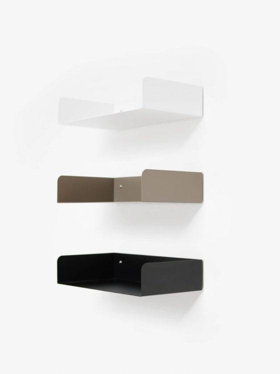 ATELIERHAUSSMANN_POGGIBONSI Regal ist 2 mm Stahlblech gefertigt, ist trotz seiner filigranen Erscheinung äußerst stabil. In 3 Farben erhältlich.