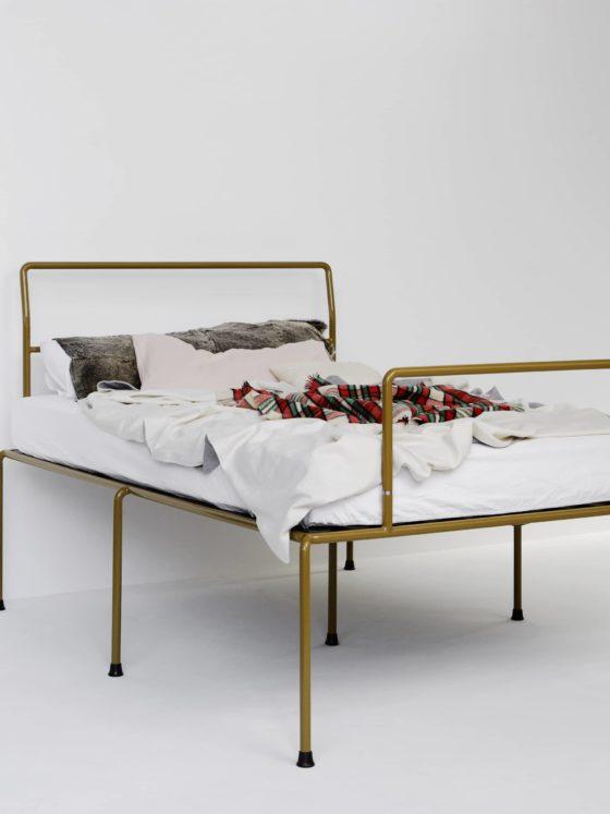 ATELIERHAUSSMANN_SEVENFEETUP ist ein Bett aus Rundrohr, filigran und stabil steht es auf sieben Beinen, Minimaldesign zwischen Bauhauesthetik und Industridesign, Handgefärtig.