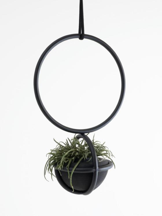 Blumenkugel von Atelier Haussmann ist ein hängendes Raumobjekt mit Handgemachte Gummivase von Birgit Severin, für Pflanzen und Blumen