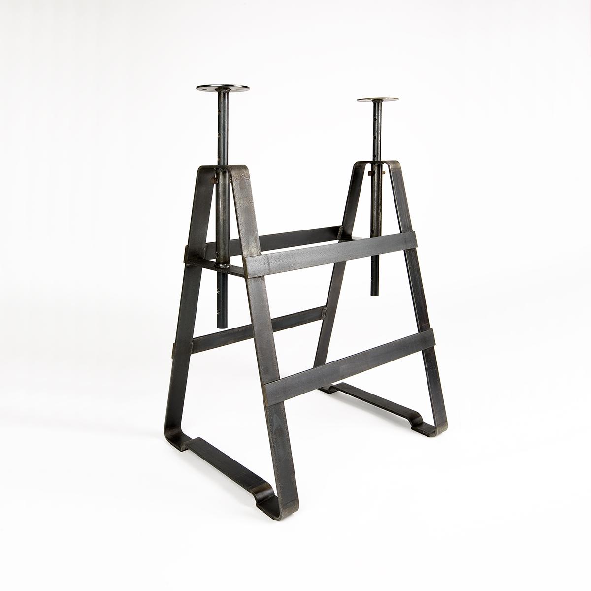 Affe ist ein höhenverstellbaren Tischbock aus Rohstahl geölt, von Thesenfitz& Wedekind für Atelier Haussmann