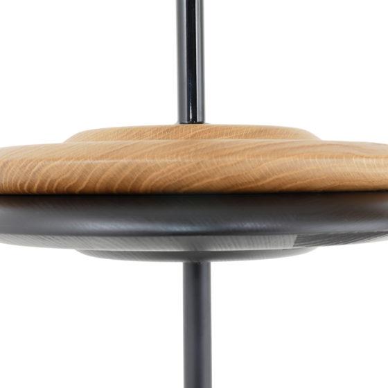 Die gedrechselte Sitzschale vom Herrenberger Hocker ist aus Vollholz, gebeizt und versiegelt, bietet durch ihre gewölbte Form den gewünschten Sitzkomfort.