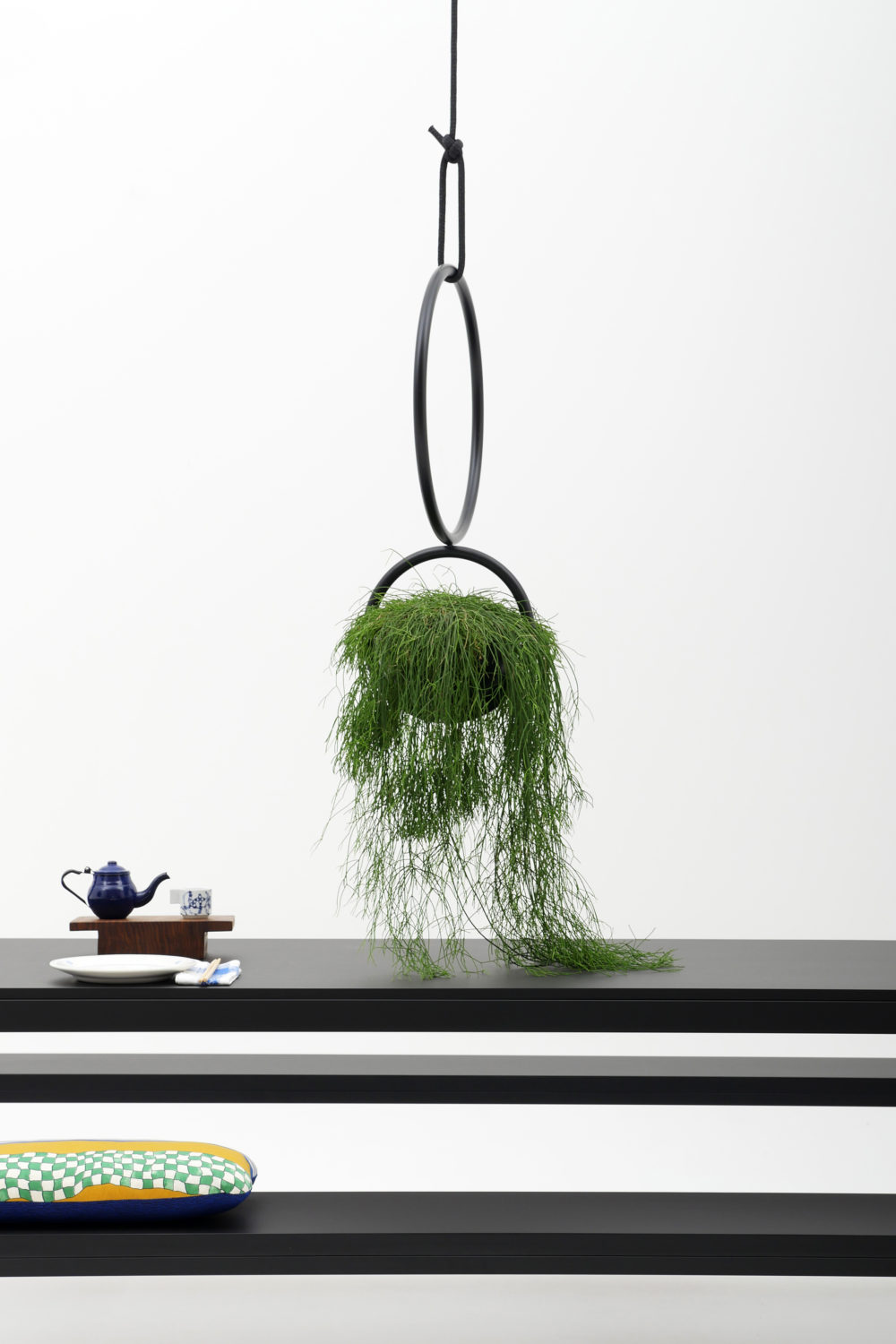 BLUMENKUGEL is an hanging-plants room object, is made of Ø 22mm steel tube and includes a vase made of PVC. is ceiling-mounted with a ceiling hook and a supplied rope. The steel is powder