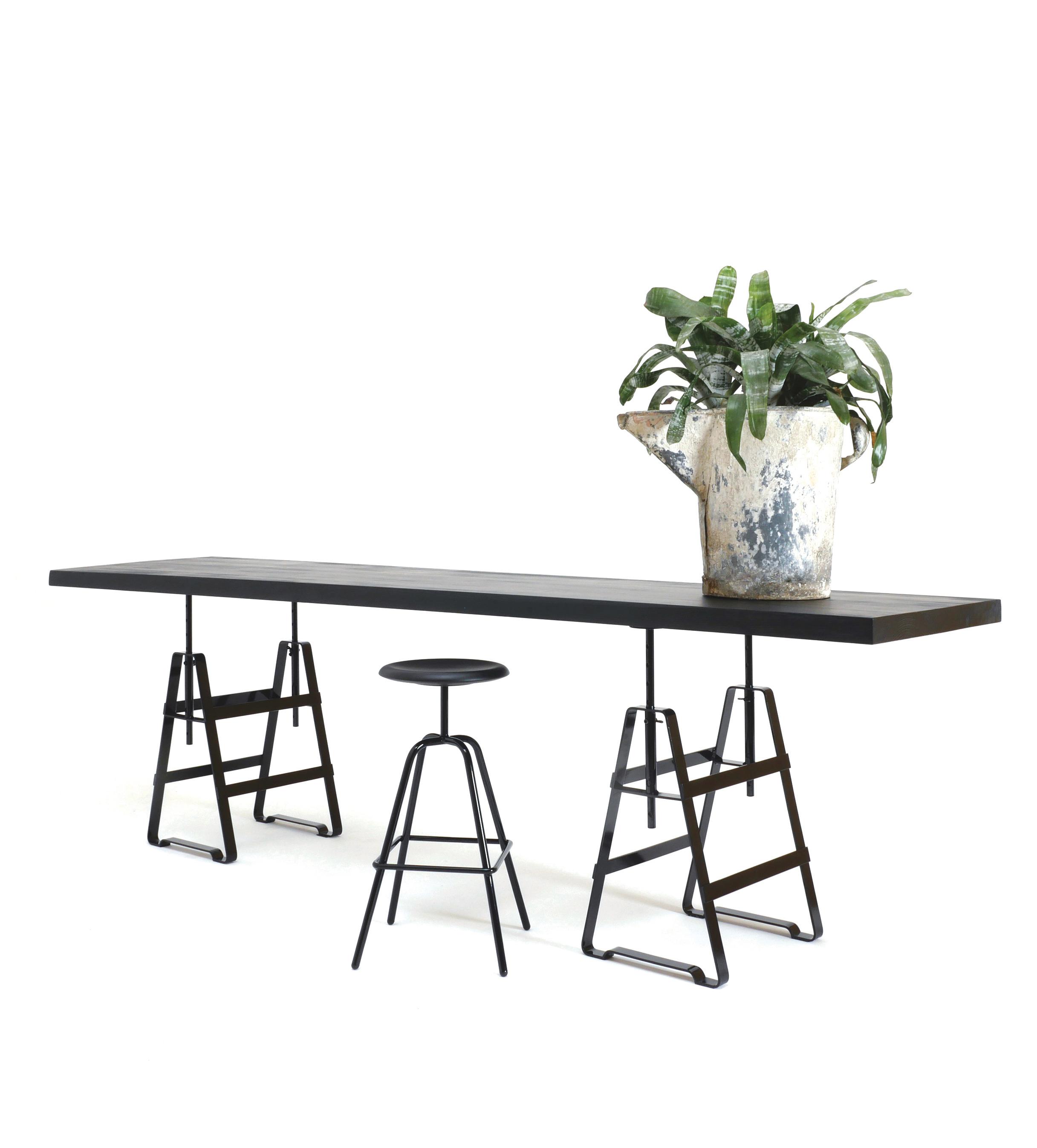LACKAFFE ist ein höhenverstellbaren Tischbock aus Eisen, flexibel einsetzbar für unterschiedlichste Platten und Bretter. Tischbock für Büro, Esszimmer, Atelier,Pulverbeschichtet in vielen farben. Tischplatte von Zascho Petkow für ABC New York