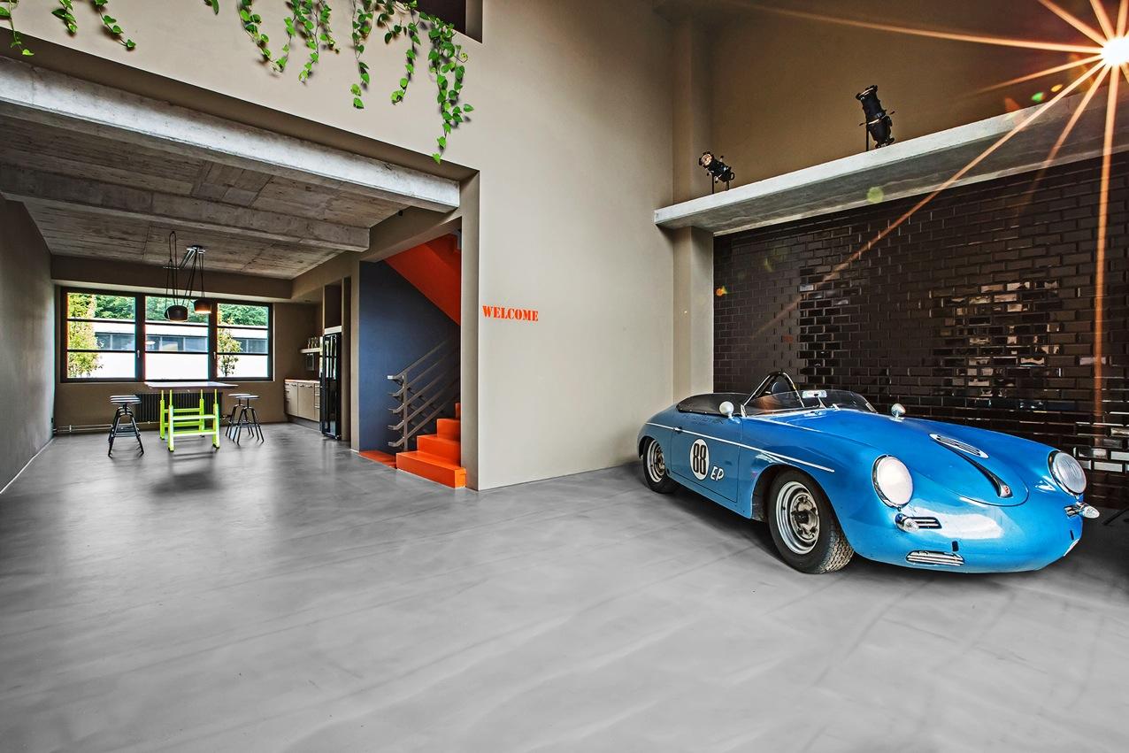 Hauptsitz von Alpha Industries in Frankfurt, ausgebaut von Studio Morgen, Lackaffe in Neonfarbe Gelb und Herrenberger Hocker von Atelier Haussmann