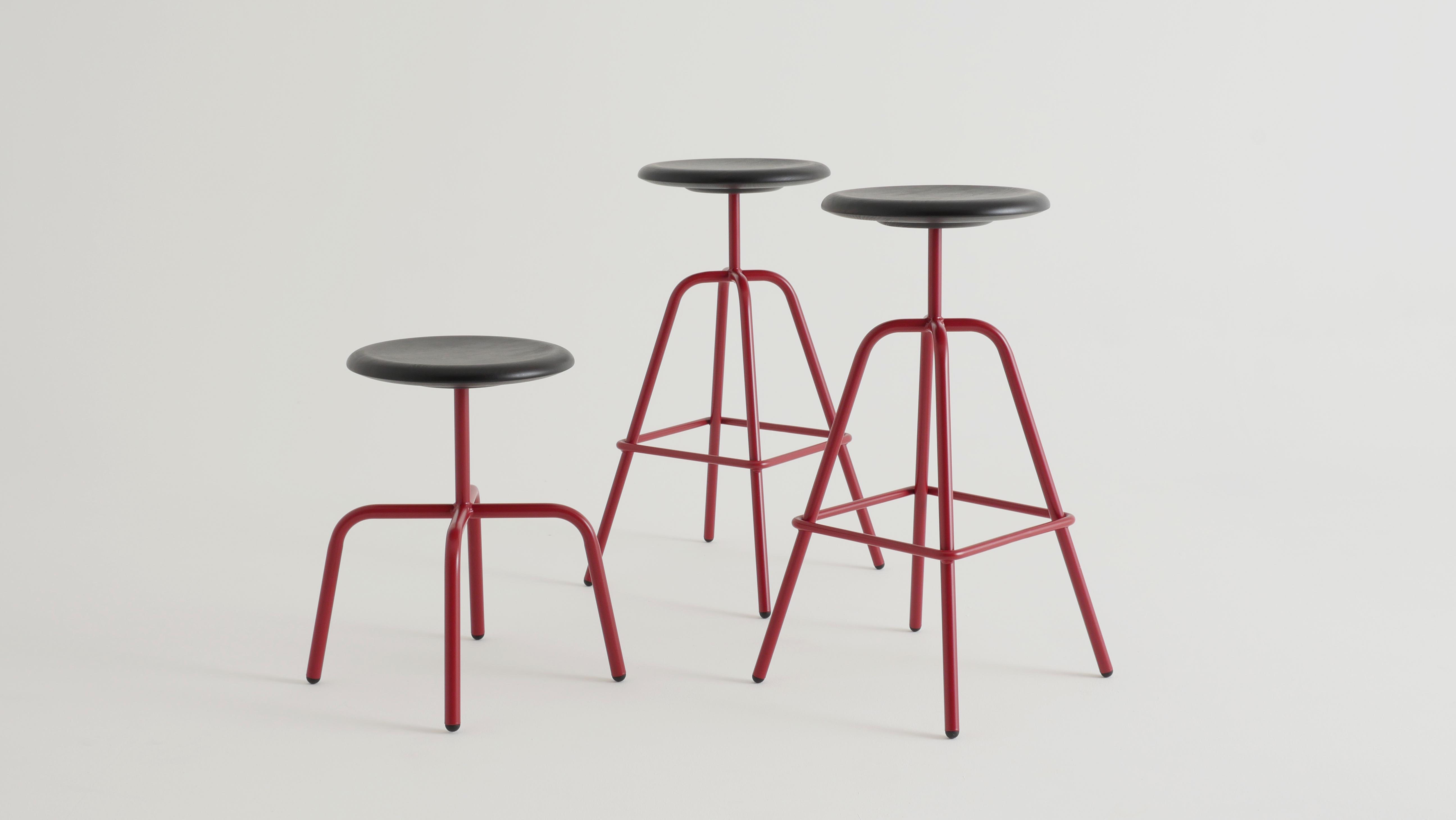 Der HERRENBERGER Hocker bezieht sich auf Industrieentwürfe der 30er Jahre.Einfach, klar und zeitlos steht die Stahlrohrkonstruktion sicher und robust auf 4 Beinen.In rot pulverbeschichtet für Viu Store