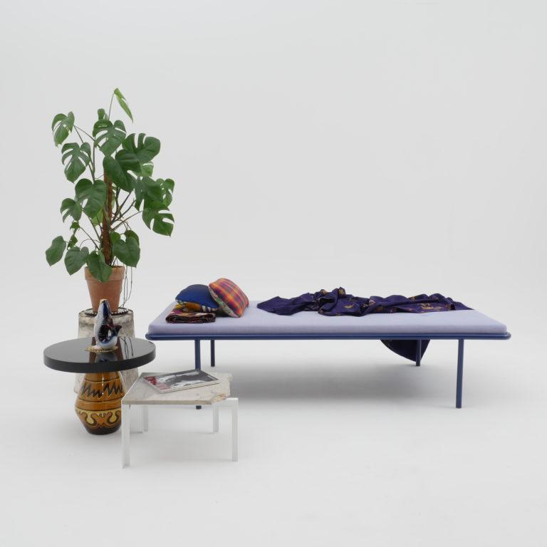2PM Daybed Liege von Atelier Haussmann. Tagesbett aus Rundrohr in blau mit Umami Kvadrat Bezug von Atelier Haussmann, beistellmarmortisch von Hervé Humbert
