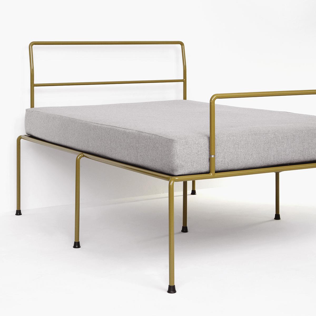 ATELIERHAUSSMANN_SEVENFEETUP ist ein Eisenbett aus Rundrohr, filigran und stabil steht es auf sieben Beinen, Minimaldesign zwischen Bauhauesthetik und Industridesign, Handgefärtig.