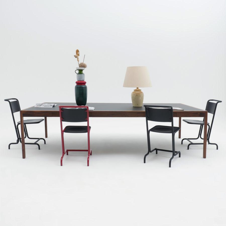 Stahlrohrramen Pulverbeschichtet, Sitzschale und Rückenlehne aus Formholz, Eschenholz Finish.
