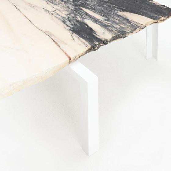 Kleiner Marmortisch, Beistelltisch von Hervé Humbert für Atelier Haussmann, nummerierte Tischserie aus Marmor Reststücke, Wiederverwertung von Abfallstücke, Unikate