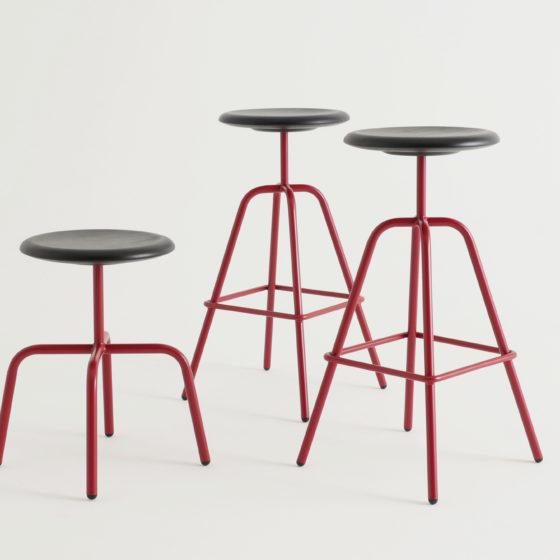 Der HERRENBERGER Hocker bezieht sich auf Industrieentwürfe der 30er Jahre.Einfach, klar und zeitlos steht die Stahlrohrkonstruktion sicher und robust auf 4 Beinen.In rot lackiert für Viu Store