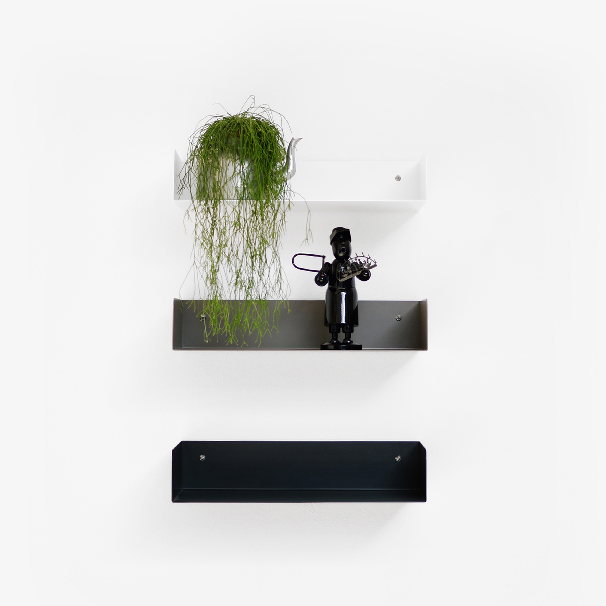 Poggibonsi shelf from Atelier Haussmann is made of  a 2 mm steel sheet and can be obtained in 3 different colors.