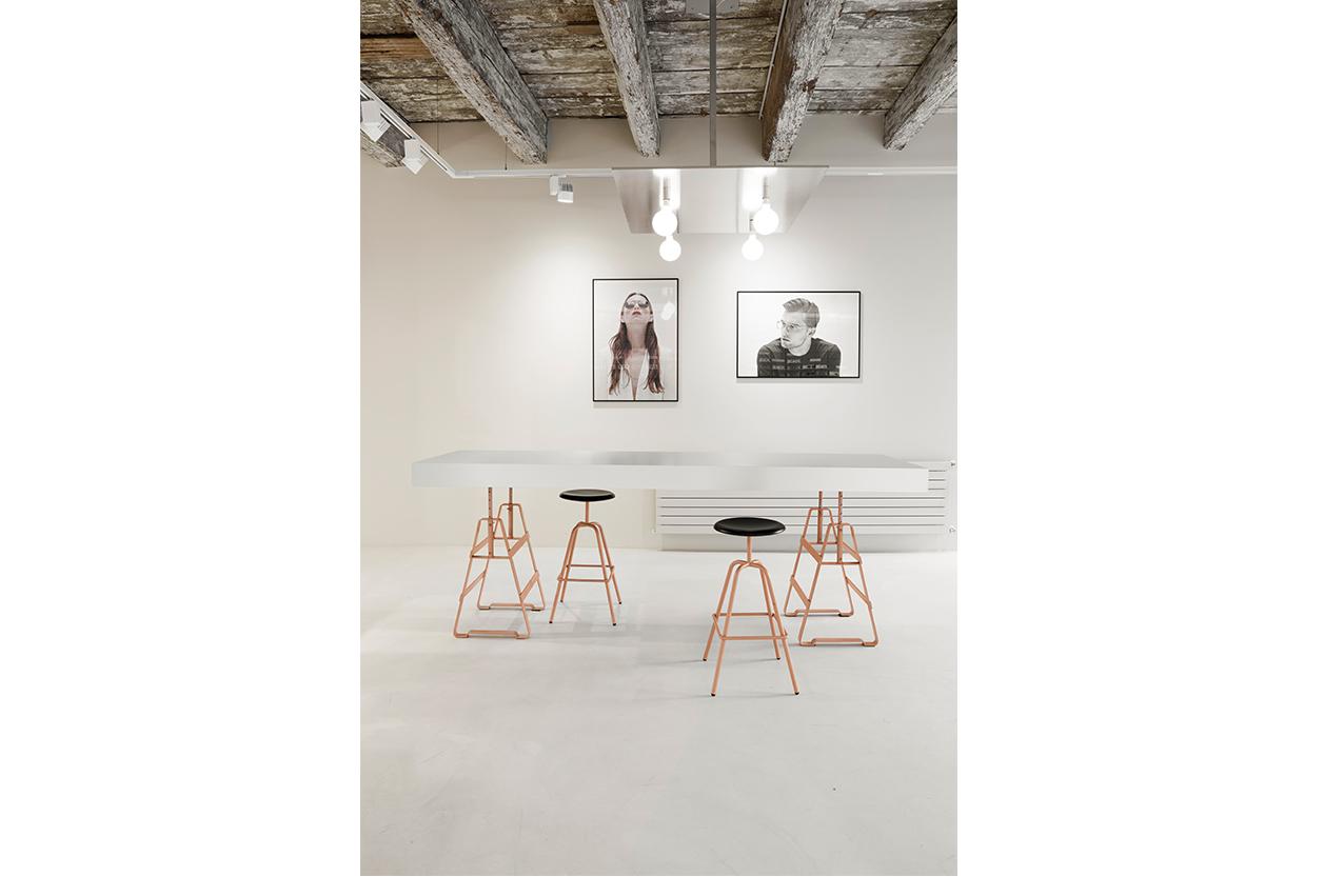 Viu Stores Basel ,Lackaffe und Herrenbergerhocker von Atelier Haussmann