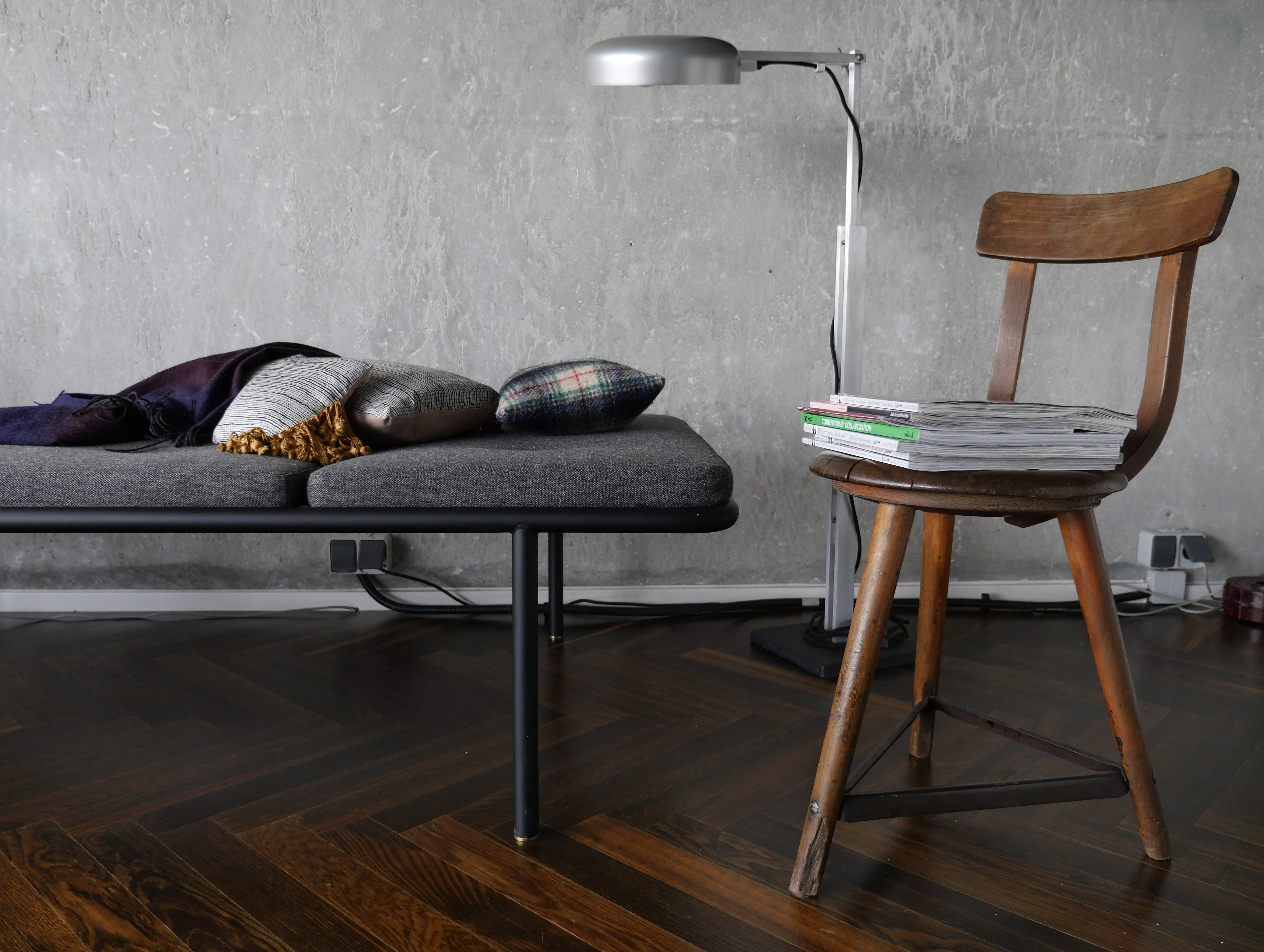 Daybed,simple, clear and timeless, the tubular steel frame is secure and robust on 4 legs.