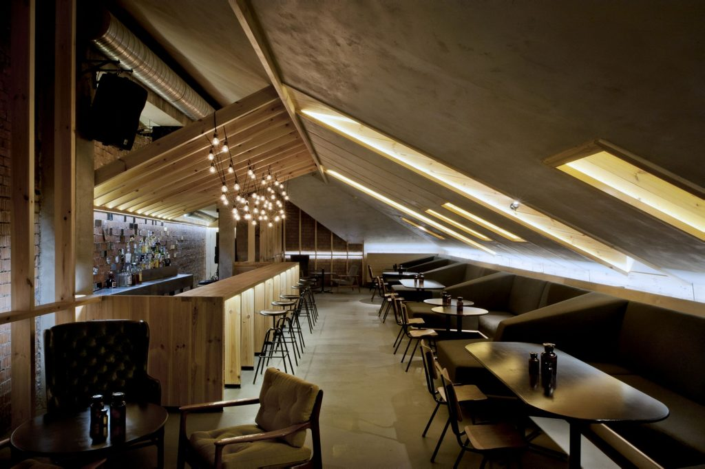 Attik Bar in Minsk, entworfen von Inblum Architects, Herrenberger Hocker als Barhocker, ideal für Gastronomie