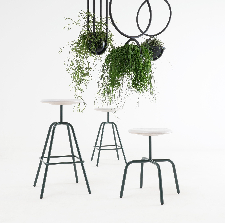 Herrenberger Hocker Stahl Holzsitzschale Blumenampel Blumenkugel Atelier Haußmann