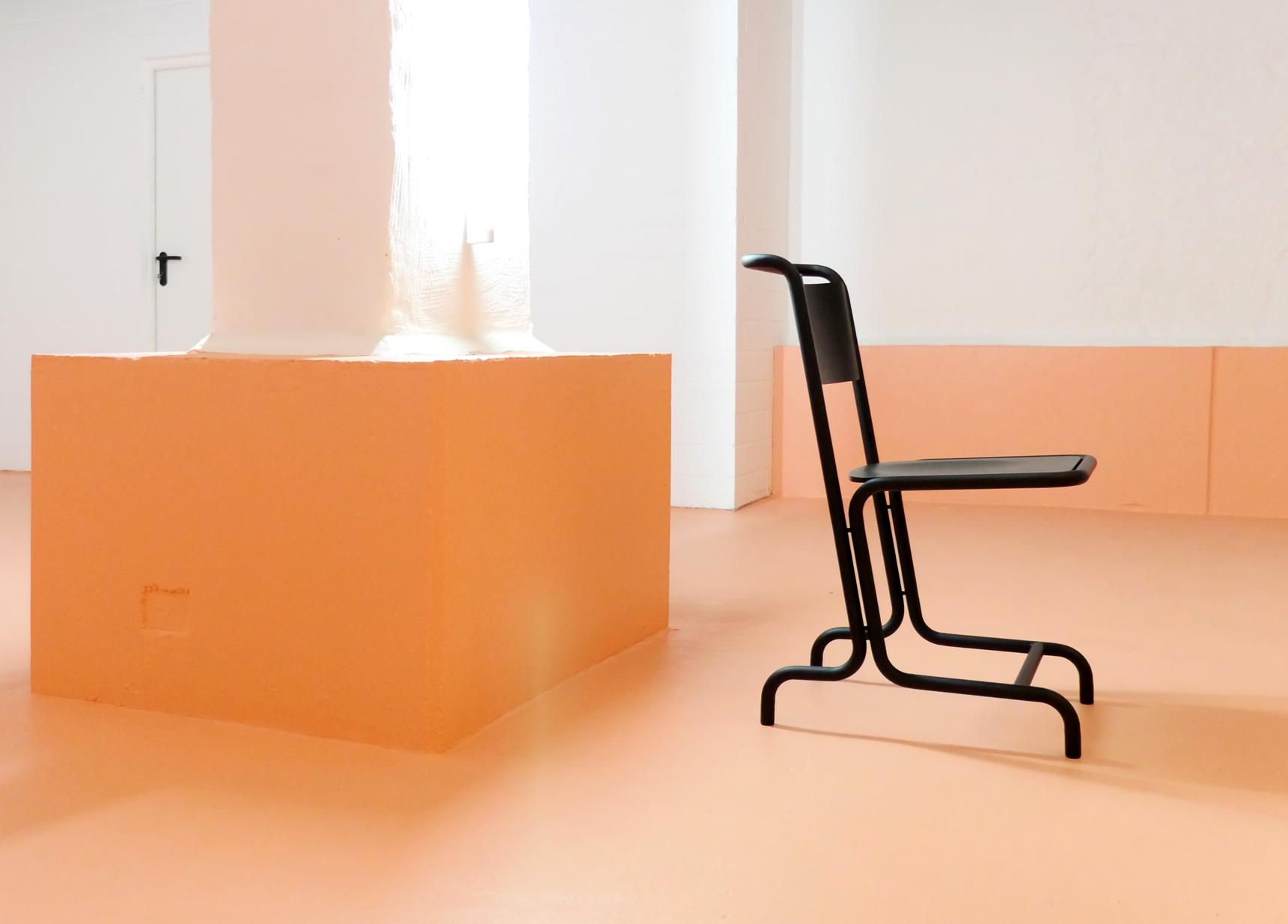 Stuhl Laszlo von Andere Weißert, Metallstuhl mit Formholz aus Esche